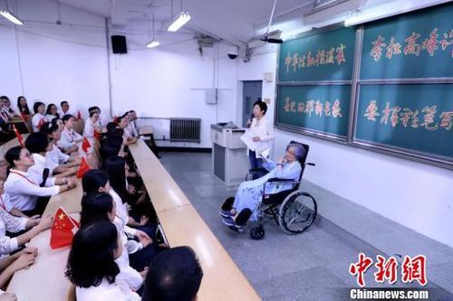 """叶嘉莹病愈首次出席公开活动 为青年教师""""吟诵""""授课"""